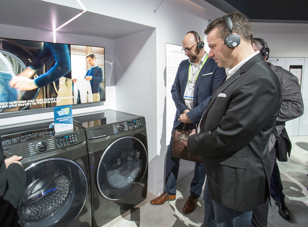 지난 1월 미국 라스베이거스에서 열린 세계최대 전자 전시회 CES2019에서 관람객들이 삼성전자 건조기와 세탁기를 살펴보고 있다.