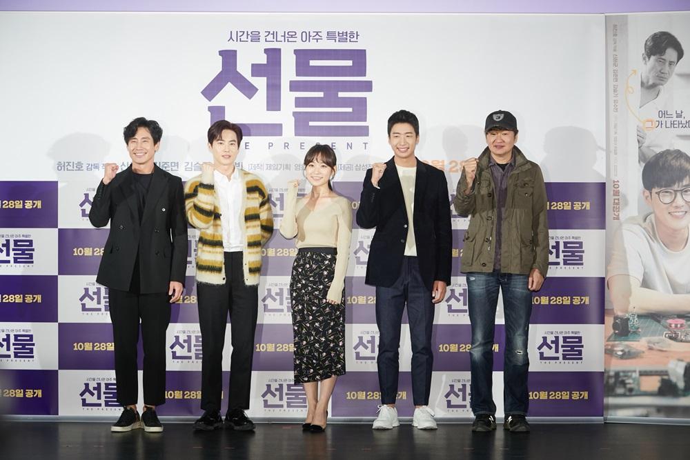 ▲ (왼쪽부터) 배우 신하균•김준면(엑소 수호)•김슬기•유수빈 씨, 허진호 감독