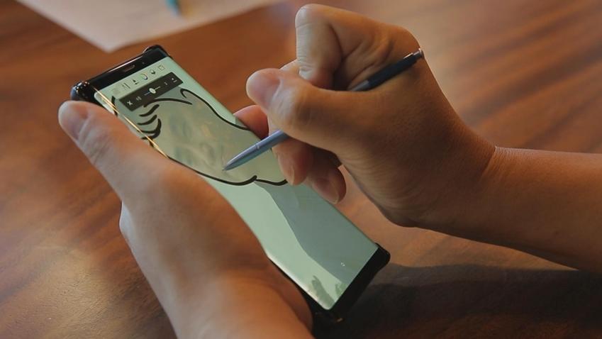 ▲ 박종우 씨가 갤럭시 노트9으로 그림 그리는 모습