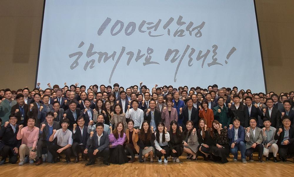 삼성전자 창립 50주년을 맞아 1일 수원 '삼성 디지털 시티'에서 경영진과 임직원들이 초일류 100년 기업의 역사를 쓰자고 다짐하며, 화이팅을 힘차게 외치고 있다.
