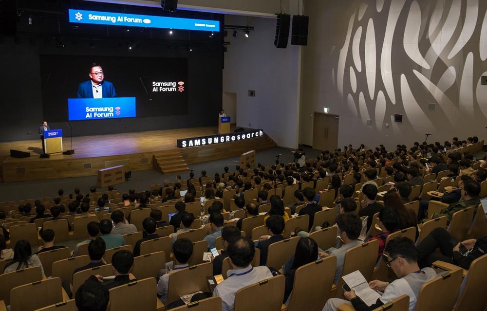 5일 삼성전자 서울R&D캠퍼스에서 열린 '삼성 AI 포럼 2019'에서 고동진 사장이 개회사를 하고 있다.