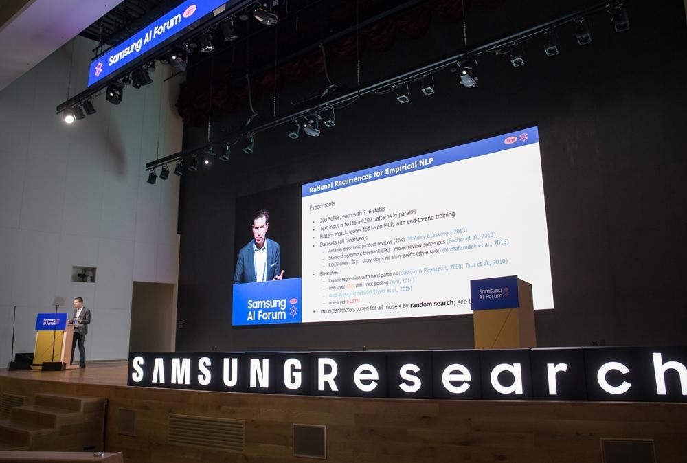 5일 삼성전자 서울R&D캠퍼스에서 열린 '삼성 AI 포럼 2019'에서 노아 스미스 교수가 '실험적 자연어 처리를 위한 합리적인 순환신경망'을 주제로 발표하고 있다.