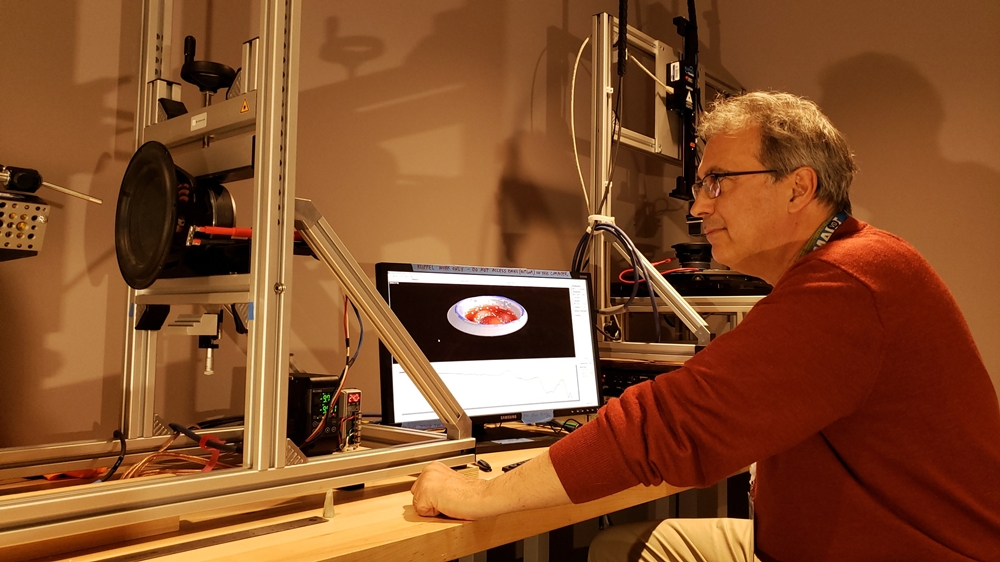 삼성전자가 최근 '국제 오디오 공학회(AES, Audio Engineering Society) 2019'에서 선정한 논문 상위 10개 목록에 3개를 올리며, 오디오 기술력을 입증했다. 미국 새너제이(San Jose)에 위치한 삼성 리서치 아메리카 오디오랩 '무향실'에서 논문에 참여한 연구원이 음질을 테스트 하고있다.
