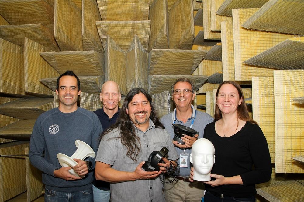 삼성전자가 최근 '국제 오디오 공학회(AES, Audio Engineering Society) 2019'에서 선정한 논문 상위 10개 목록에 3개를 올리며, 오디오 기술력을 입증했다. 미국 새너제이(San Jose)에 위치한 삼성 리서치 아메리카 오디오랩 '무향실'에서 논문 저자들이 음질 테스트 장비를 소개하고 있다.