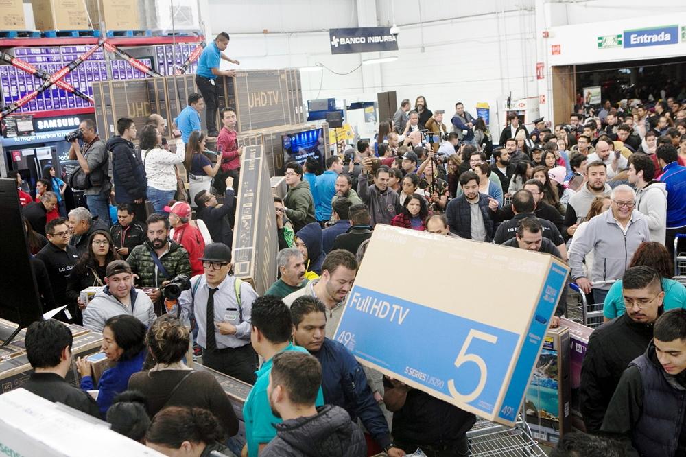멕시코의 블랙 프라이데이라고 불리는 '부엔핀(El Buen Fin)' 행사를 앞둔 14일 자정(현지시간), 멕시코 시티에 위치한 창고형 매장 '샘스클럽(Sam's Club)'에 삼성 TV를 구매하려는 소비자들이 인산인해를 이루고 있다.