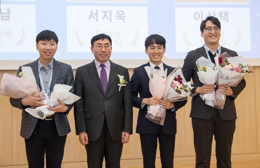 18일 서울 멀티캠퍼스 교육센터에서 열린 삼성 청년 소프트웨어 아카데미 1기 수료식에서 고용노동부 나영돈 고용정책실장과 상을 받은 우수교육생들이 기념사진을 찍고 있다.