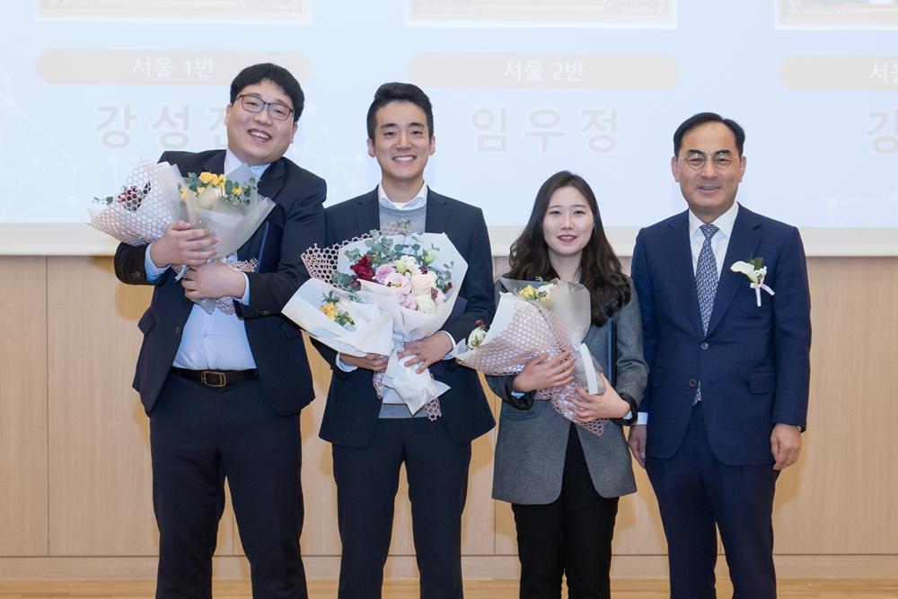 18일 서울 멀티캠퍼스 교육센터에서 열린 삼성 청년 소프트웨어 아카데미 1기 수료식에서 삼성전자 노희찬 사장과 상을 받은 우수교육생들이 기념사진을 찍고 있다.