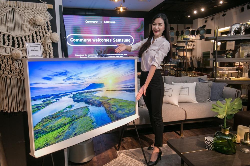 삼성전자 모델이 '더 세리프(The Serif)' TV 55형을 소개하고 있다.