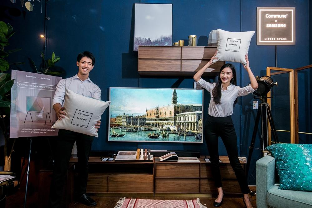 삼성전자 모델이 '더 프레임(The Frame)' TV 65형을 소개하고 있다.