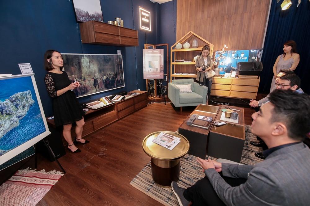 삼성전자 관계자가 참석한 현지 미디어를 대상으로 '더 프레임(The Frame)'과 '더 세리프(The Serif)' TV의 특장점을 설명하고 있다.