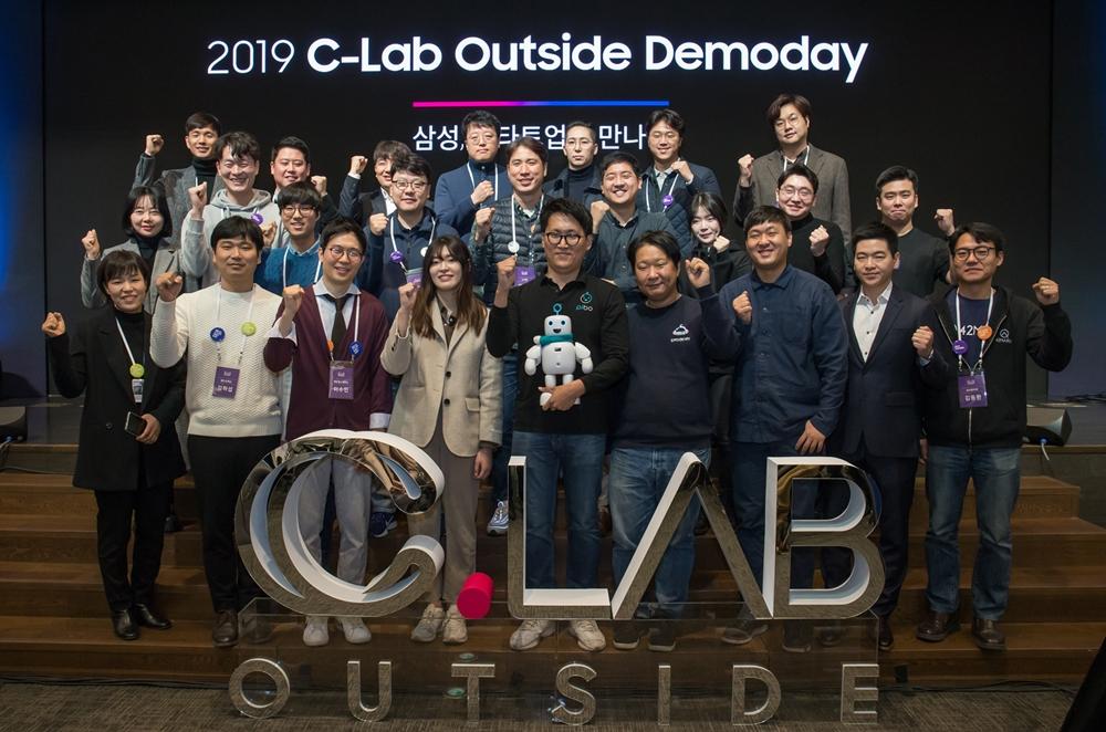 26일 서울 서초구 '삼성 서울R&D캠퍼스'에서 열린 'C랩 아웃사이드 데모데이'에서 1년간 삼성전자의 지원을 받은 스타트업들이 기념 사진을 촬영하고 있다.