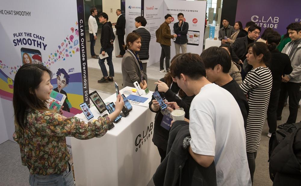 26일 서울 서초구 '삼성 서울R&D캠퍼스'에서 열린 'C랩 아웃사이드 데모데이'에서 1년간 삼성전자의 지원을 받은 스타트업들이 투자자들에게 서비스를 소개하고 있다.
