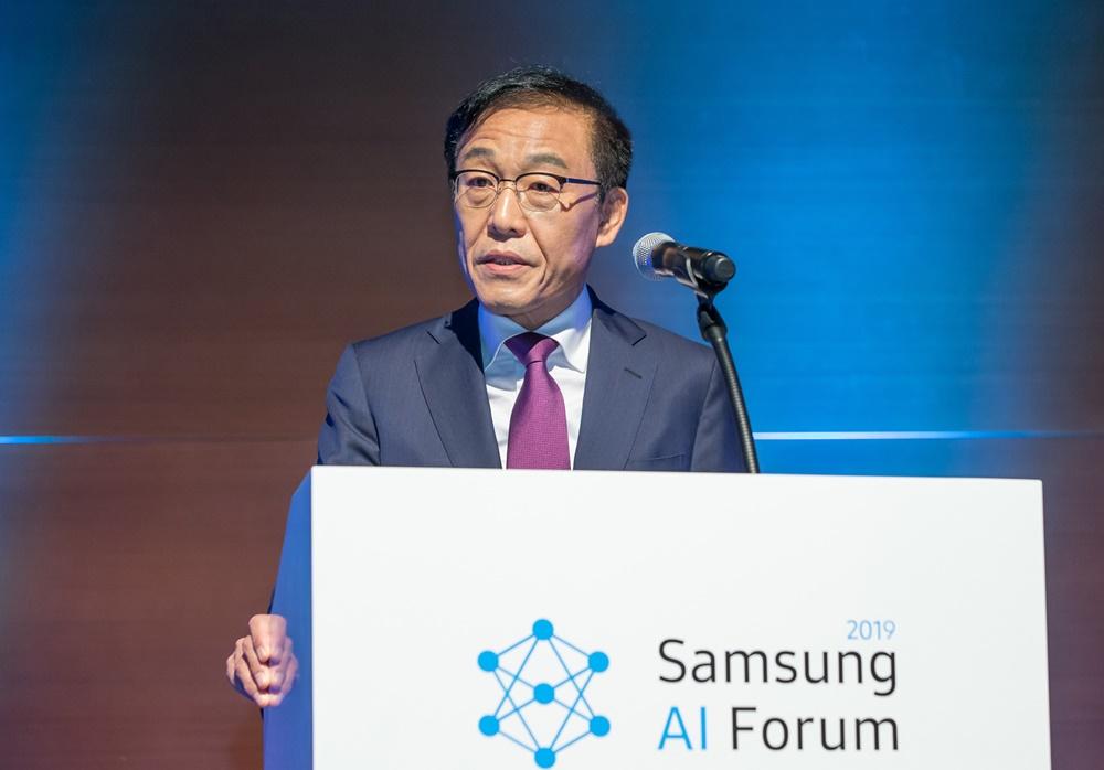 ▲ 4일 삼성전자 서초사옥에서 열린 '삼성 AI 포럼 2019'에서 김기남 부회장이 개회사를 하고 있다. 삼성전자는 세계적으로 저명한 AI 석학들을 초청해 최신 연구 동향을 공유하고 미래 혁신 전략을 모색하는 기술 교류하는 '삼성 AI 포럼'을 올해로 세번째 열고 있다.