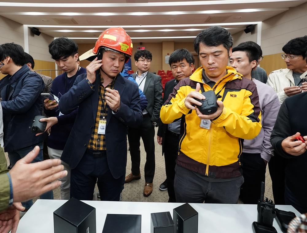 6일 세종시 소방청에서 열린 열화상 카메라와 재난현장 통신장비 설명회에서 소방관들이 직접 장비를 체험해 보고 있다.