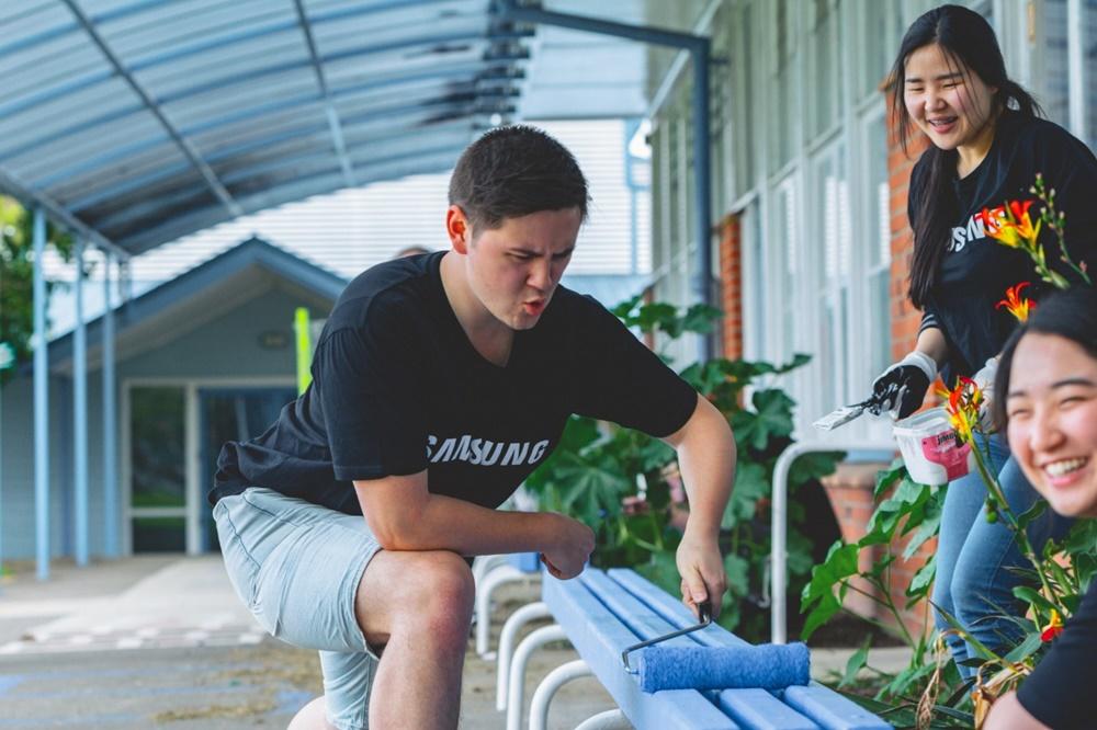 삼성전자 임직원이 동남아·오세아니아 소외지역 청소년 교육과 환경 개선 봉사활동을 하는 모습