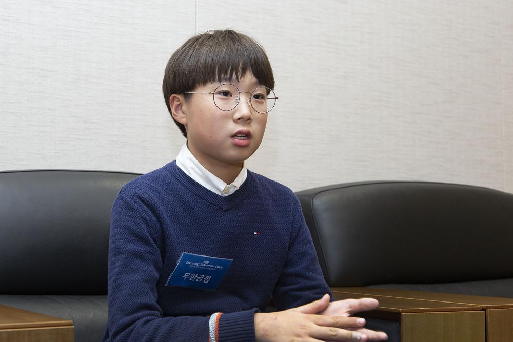 황동현군이 인터뷰 하고 있는 모습