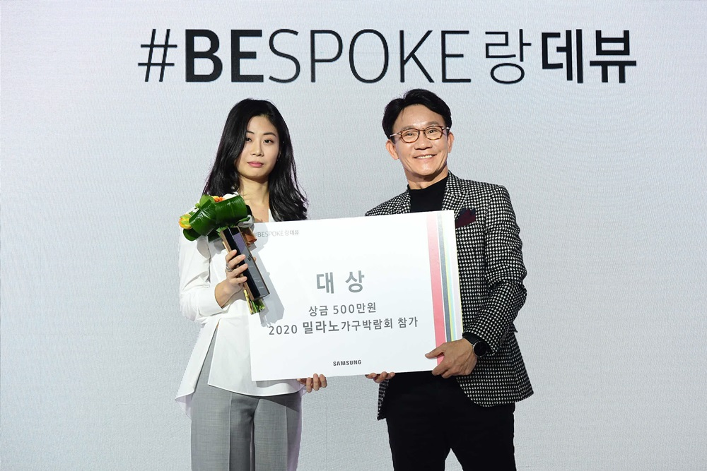 대상을 수상한 조경민 작가(왼쪽)와 삼성전자 생활가전 사업부 전략마케팅팀 강봉구 부사장