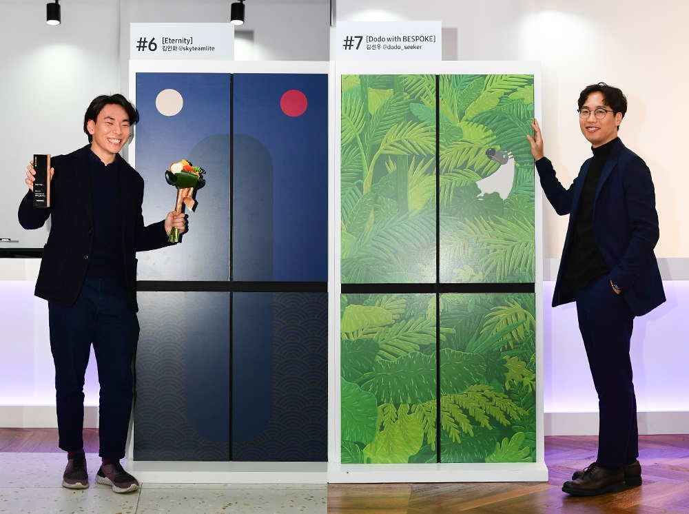 (왼쪽부터)김인화, 김선우 작가가 자신의 작품 앞에서 포즈를 취하고 있다.