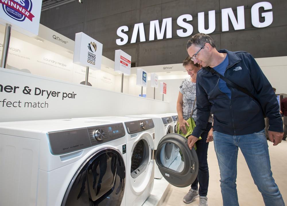 지난 9월 독일 베를린에서 열린 유럽 최대 가전 전시회 'IFA 2019'에서 삼성전자 전시장을 방문한 관람객들이 삼성 의류케어가전인 세탁기와 건조기를 감상하고있다.