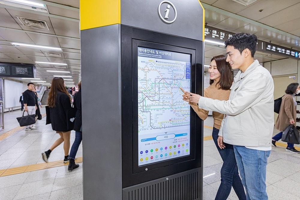 ▲ 삼성전자가 서울 지하철 90개 역사에 스마트 사이니지를 설치했다. 서울 지하철 2, 4호선 사당역에 설치된 삼성 스마트 사이니지 종합 안내도 모습