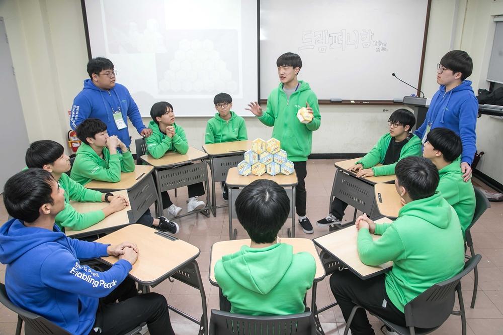 지난 16일 경기도 안산시 한양대학교 ERICA캠퍼스에서 '2020 삼성 드림클래스 겨울캠프'에 참가한 중학생들이 대학생 멘토들과 진로에 대해 대화를 나누고 있다.