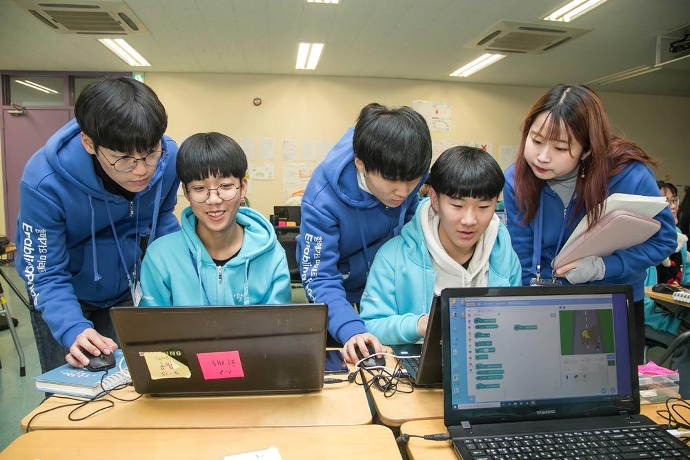 지난 14일 인천광역시 연수구 연세대학교 국제캠퍼스에서 '2020 삼성 드림클래스 겨울캠프'에 참가한 중학생들이 대학생 멘토로부터 소프트웨어 교육을 받고 있다.