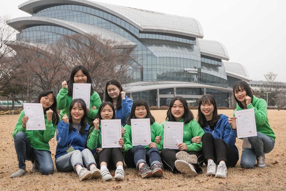 22일 경기도 수원시 성균관대학교 자연과학 캠퍼스에서 '2020 삼성 드림클래스 겨울캠프'를 마친 중학생과 대학생들이 수료증을 들고 기념 촬영을 하고 있다.