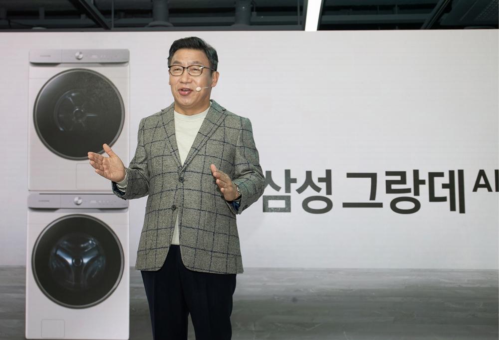 이재승 삼성전자 생활가전사업부장(부사장)이 29일 삼성 디지털프라자 강남본점에서 진행된 '삼성 그랑데 AI' 미디어데이에서 신제품을 소개하고 있다.