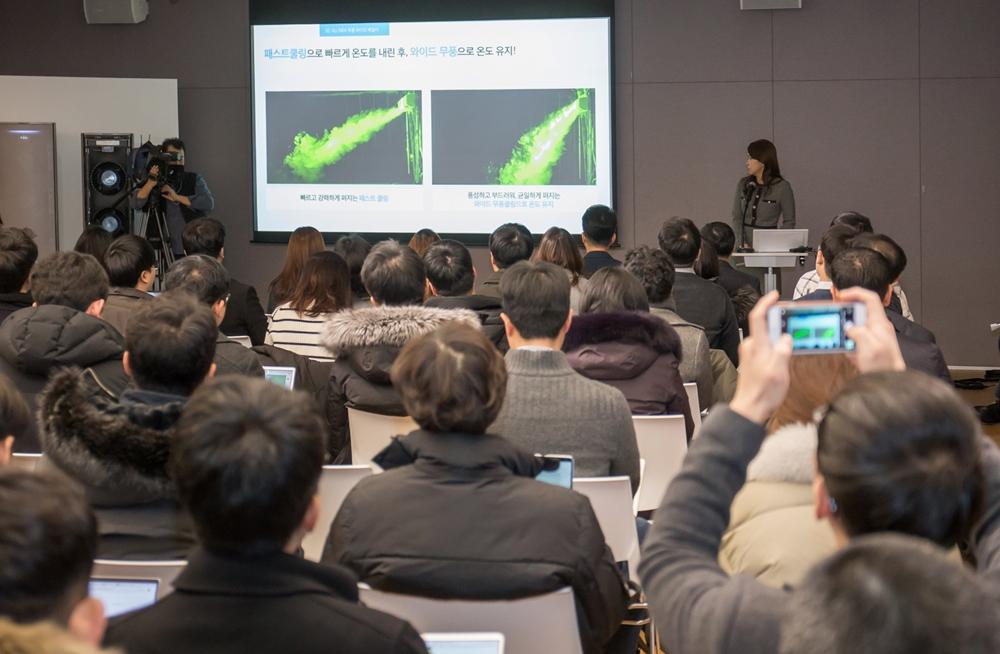 삼성전자가 15일 서울 우면동에 위치한 '삼성전자 서울 R&D캠퍼스'에서 기자간담회를 열고 2020년형 '무풍에어컨'과 공기청정기 '무풍큐브'를 공개했다. 삼성전자 생활가전사업부 에어컨 상품기획 담당자가 2020년형 '무풍에어컨'의 '이지케어' 기능을 소개하고 있다.