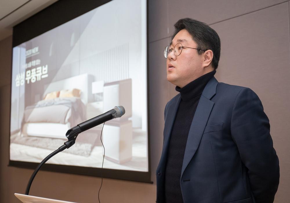 삼성전자가 15일 서울 우면동에 위치한 '삼성전자 서울 R&D캠퍼스'에서 기자간담회를 열고 2020년형 '무풍에어컨'과 공기청정기 '무풍큐브'를 공개했다. 삼성전자 생활가전사업부 공기청정기 상품기획 담당자가 2020년형 '무풍큐브'를 소개하고 있다.