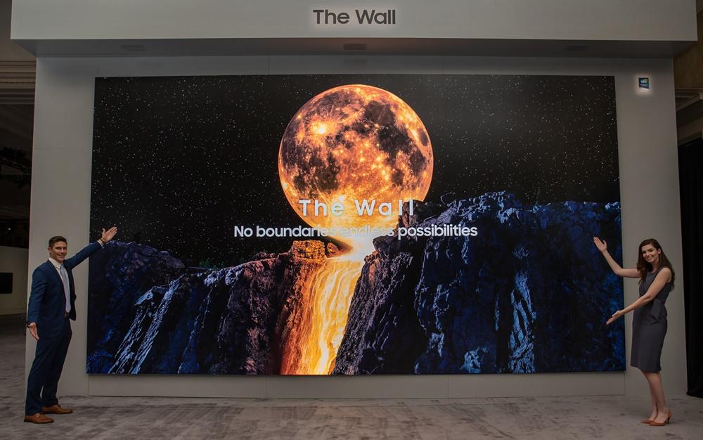 삼성전자 모델이 마이크로 LED 기술을 적용한 삼성전자 더 월 292형 제품을 소개하고 있다.