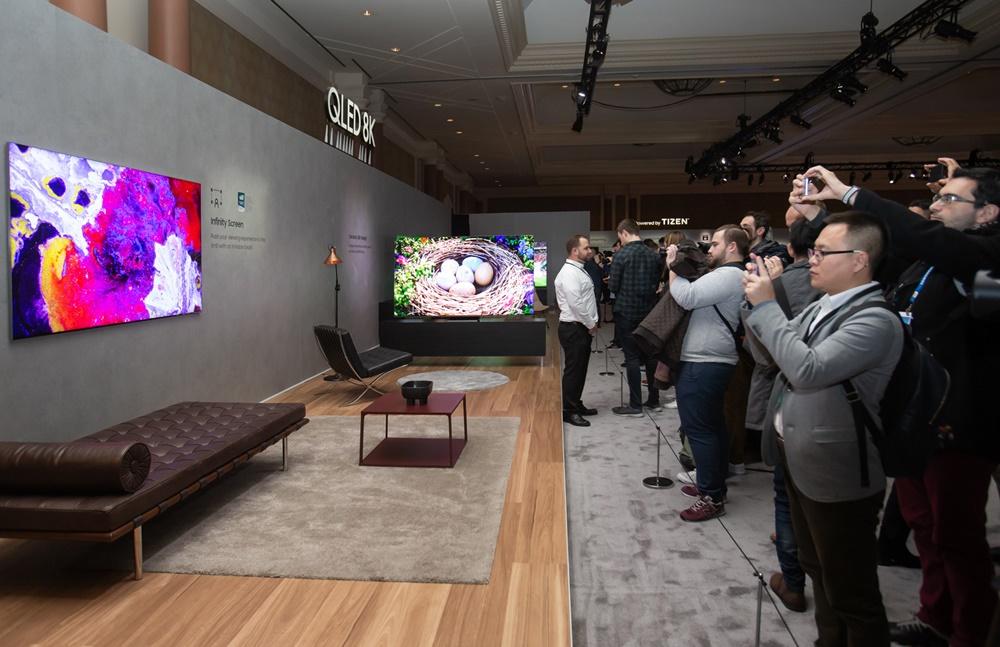 5일(현지시간) 미국 라스베이거스에서 열린 삼성 퍼스트 룩 행사에 참가한 전 세계 기자들이 삼성전자 2020년형 QLED 8K 신제품을 살펴보고 있다.