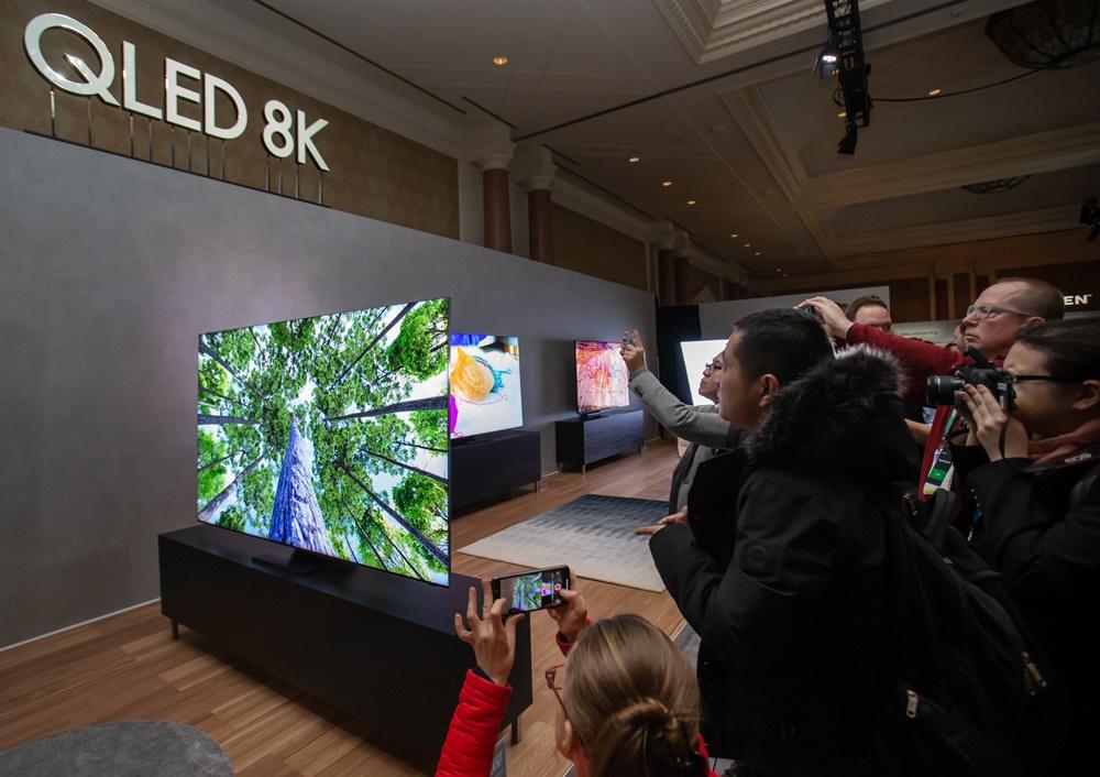 5일(현지시간) 미국 라스베이거스에서 열린 삼성 퍼스트 룩 행사에 참가한 전 세계 기자들이 삼성전자 2020년형 QLED 8K 신제품의 15mm 초슬림 디자인 슬림의 살펴보고 있다.