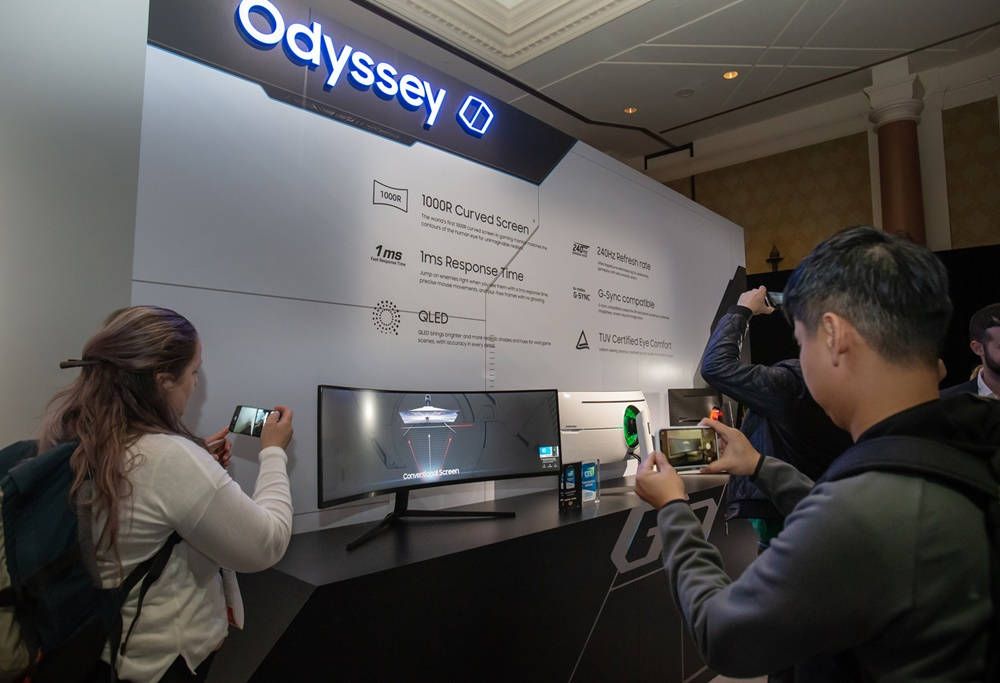5일(현지시간) 미국 라스베이거스에서 열린 삼성 퍼스트 룩 행사에 참가한 전 세계 기자들이 삼성전자 게이밍 모니터 신제품 '오디세이(Odyssey)'를 살펴보고 있다.