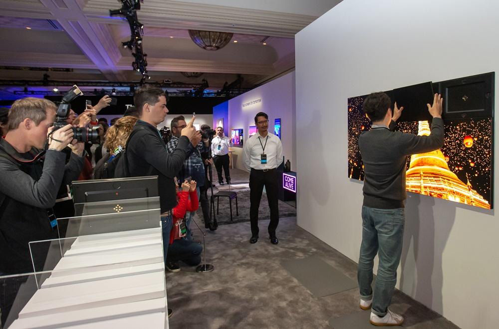 5일(현지시간) 미국 라스베이거스에서 열린 삼성 퍼스트 룩 행사에 참가한 전 세계 기자들이 삼성전자 마이크로 LED 모듈러를 탈부착하는 모습을 살펴보고 있다.