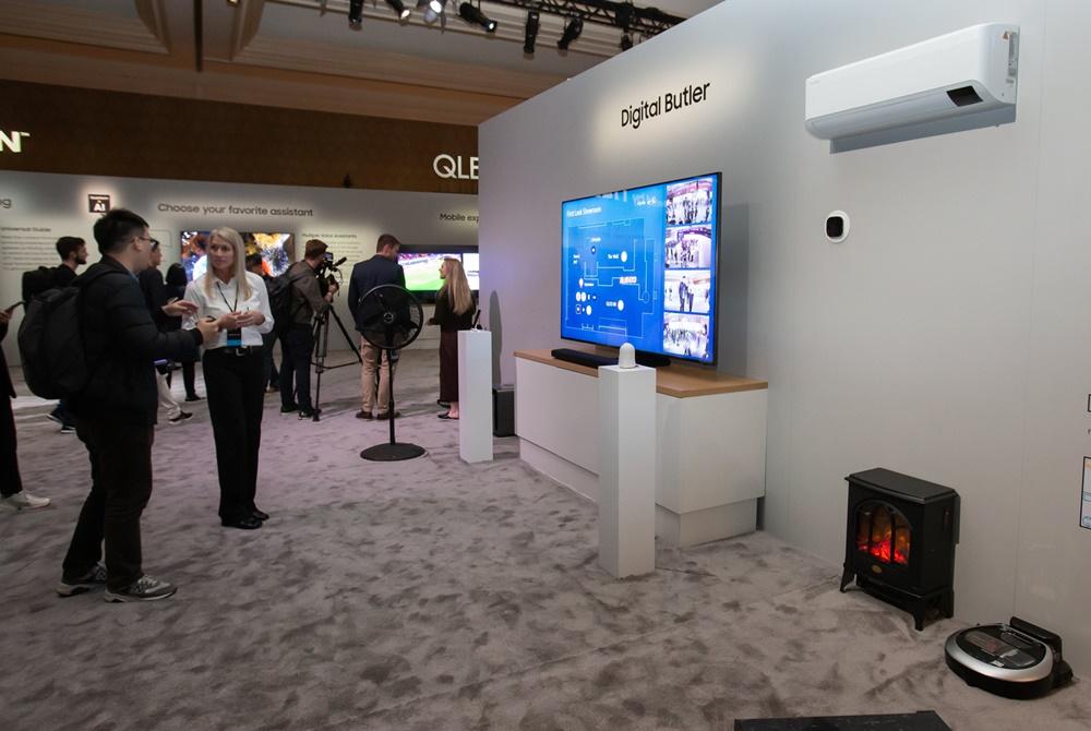 5일(현지시간) 미국 라스베이거스에서 열린 삼성 퍼스트 룩 행사에 참가한 전 세계 기자들이 2020년형 QLED 8K의 디지털 버틀러(Digital Butler) 기능을 살펴보고 있다.