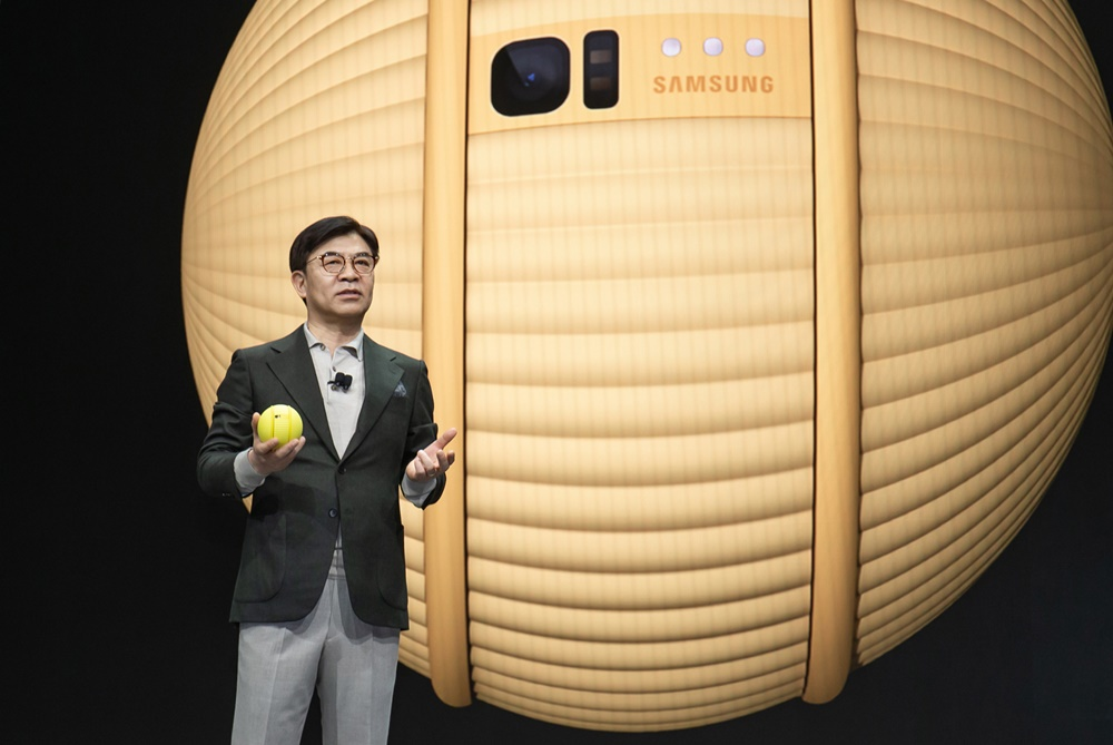 삼성전자는 6일(현지 시간) 미국 라스베이거스에서 'CES 2020 기조연설'에 참가해 미래 기술이 나아갈 방향을 제시한다. 삼성전자 김현석 대표가 첨단 하드웨어와 인공지능 기술이 결합된 개인 맞춤형 케어를 강조하면서 지능형 컴퍼니언 로봇(Companion Robot) '볼리(Ballie)'를 소개하고 있다.
