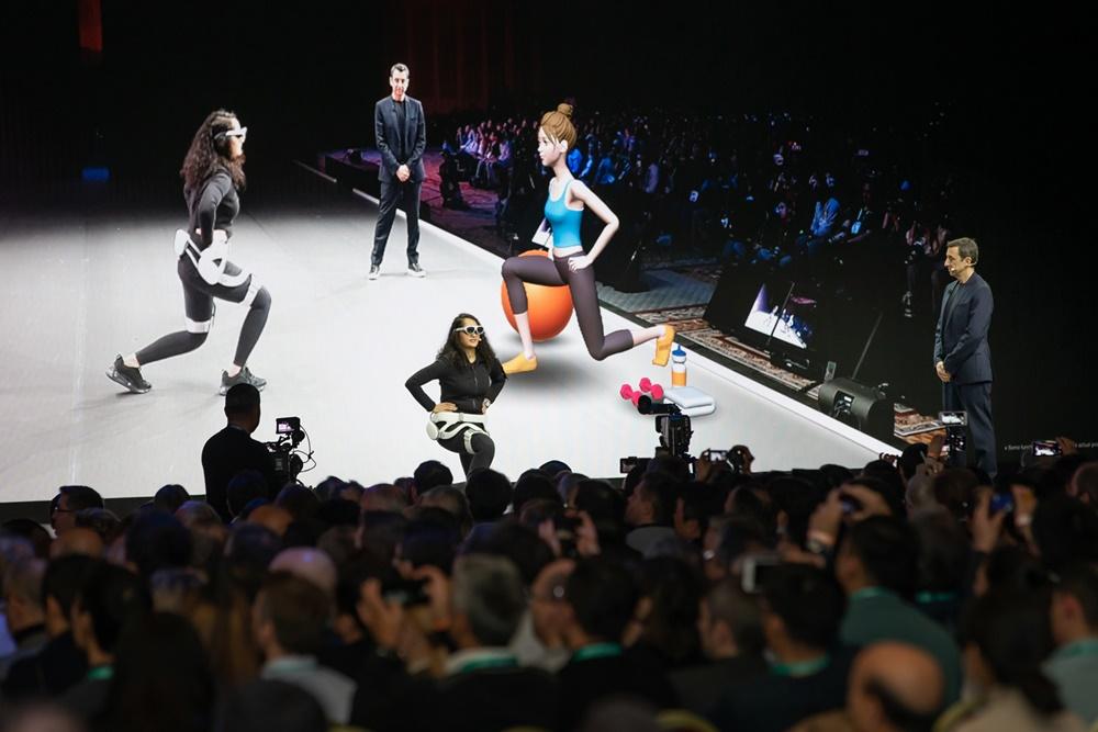 삼성전자는 6일(현지 시간) 미국 라스베이거스에서 'CES 2020 기조연설'에 참가해 미래 기술이 나아갈 방향을 제시한다. 삼성 북미 디자인혁신센터 페데리코 카살레뇨(Federico Casalegno) 센터장이 찬드니 카브라(Chandni Kabra) 디자이너와 함께 젬스(GEMS)를 시연하고 있다.