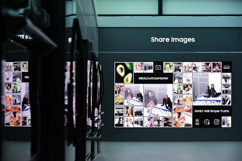 ▲ 패밀리허브 존 한쪽에선, 스마트폰으로 찍은 사진을 바로 전면 스크린에 띄울 수 있는 '이미지 공유' 이벤트가 펼쳐졌다. 관람객들이 사진을 찍으면, 대형 스크린에서 자신의 모습을 볼 수 있다.