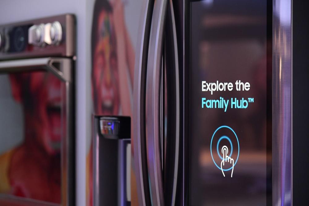 ▲ 패밀리허브 존에서는 냉장고의 기본 역할을 넘어선 다양한 기능을 엿볼 수 있다. 화면을 터치하면, 푸드 AI 기반의 밀(Meal) 플래닝 기능, 거실에서 보던 TV도 패밀리허브 스크린을 통해 그대로 이어서 볼 수 있는 스마트 뷰 기능, 원하는 음악을 플레이할 수 있는 음악 스트리밍 기능, 연결된 다른 가전으로부터 알람을 받을 수 있는 기능, 다양한 디바이스 현황을 확인할 수 있는 기능에 대한 소개 영상이 스크린에 나타난다.