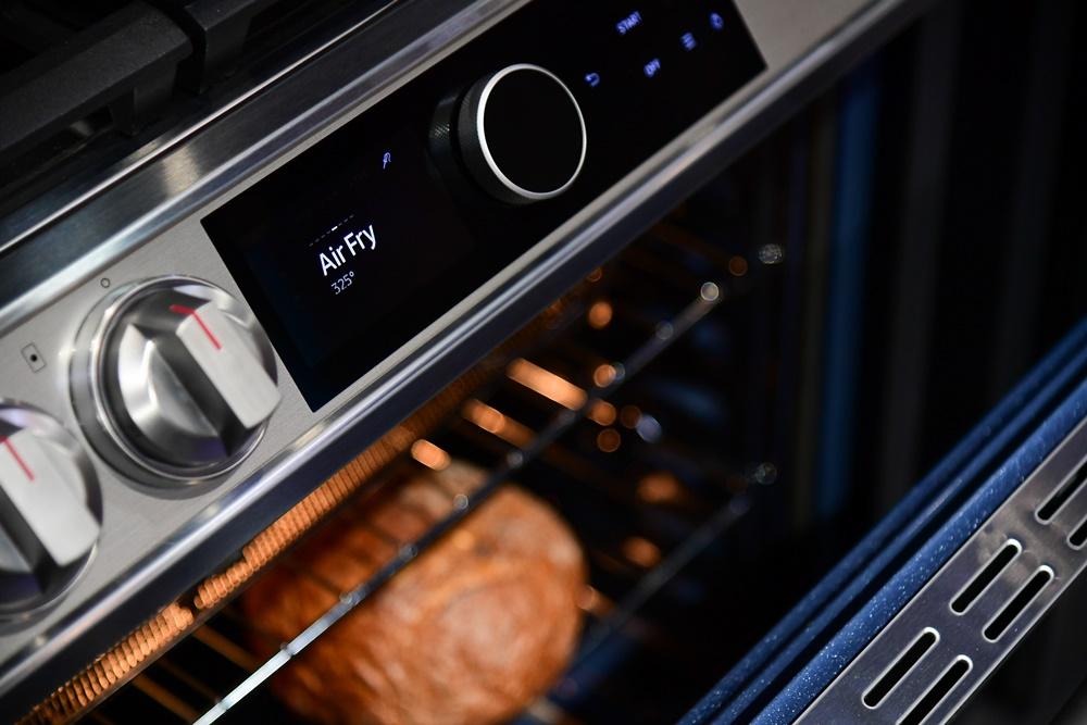 ▲ 늘어만 가는 주방 살림에 조리 공간이 답답하게 느껴진다면, 다양한 기능을 갖춘 가전 하나를 들이는 것이 대안이 될 수 있다. 슬라이드인 레인지에는 맛의 깊이를 더해주는 에어프라이 기능도 탑재되어 있다.