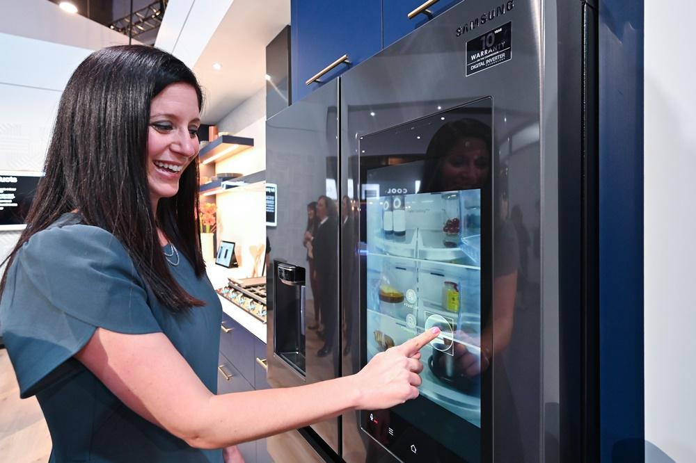▲ 패밀리허브의 '뷰 인사이드' 기능을 통해 문을 열지 않고도 냉장고 안을 들여다보고, 미리 필요한 물품을 구매할 수 있다. 뿐만 아니라 남은 식재료 정보를 스스로 인식해 푸드 리스트에 반영한다.