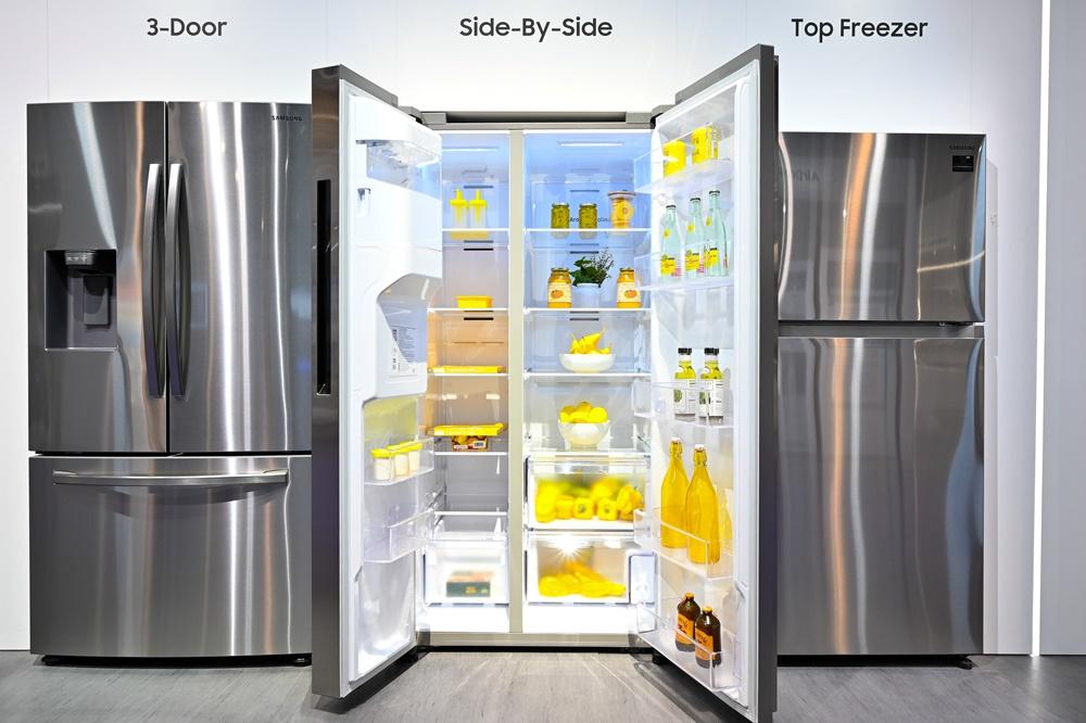 ▲ 모던하고 깔끔한 주방을 만들기 위해선 붙박이장처럼 주방 가구와 꼭 맞는 가전이 필수. 삼성전자는 KBIS 2020을 통해 '플랫(Flat) 디자인'이 적용된 도어와 심플한 손잡이로 구성된 빌트인 룩(Built-in-Look)의 양문형 냉장고를 선보였다. 고효율 단열재를 적용해 슬림한 외관 사이즈와 에너지 효율은 유지하면서도 더 많은 양의 음식을 보관할 수 있도록 내부 공간을 대폭 늘렸다.