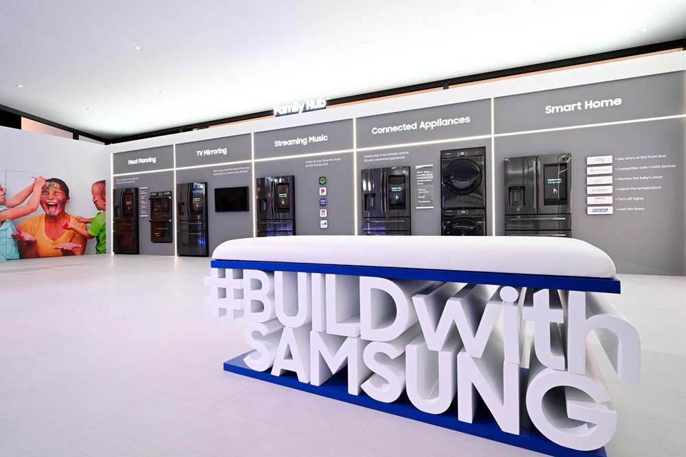 ▲ 전 세계 업계 관계자(Builder)에게 새로운 주방 경험을 제시한 삼성전자. '#BUILD with SAMSUNG'이라는 대형 해시태그를 통해 '앞으로도 좋은 파트너십을 이어나갈 것'이라는 의지를 보였다.