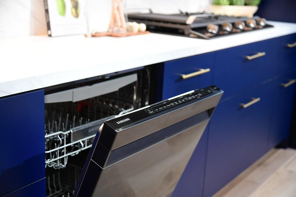 ▲ 올해의 컬러인 '클래식 블루'를 띤 주방 가구와 조화롭게 어우러진 식기세척기, 오븐.