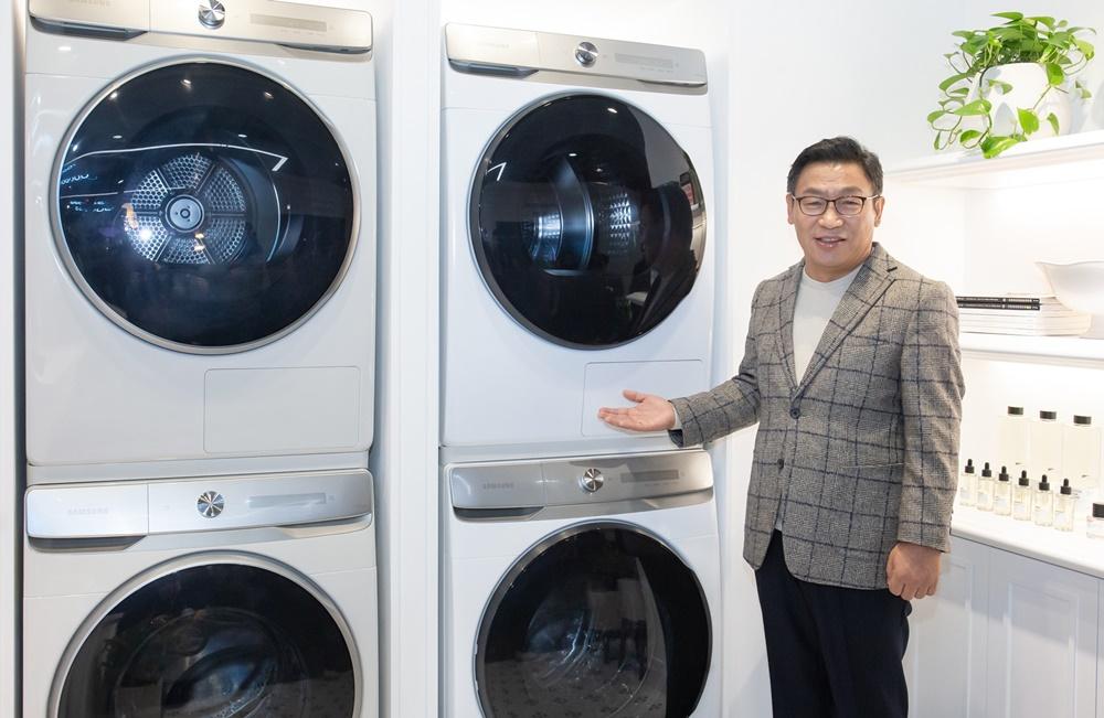 이재승 삼성전자 생활가전사업부장(부사장)이 29일 삼성 디지털프라자 강남본점에서 진행된 '삼성 그랑데 AI' 기자간담회에서 신제품을 소개하고 있다.