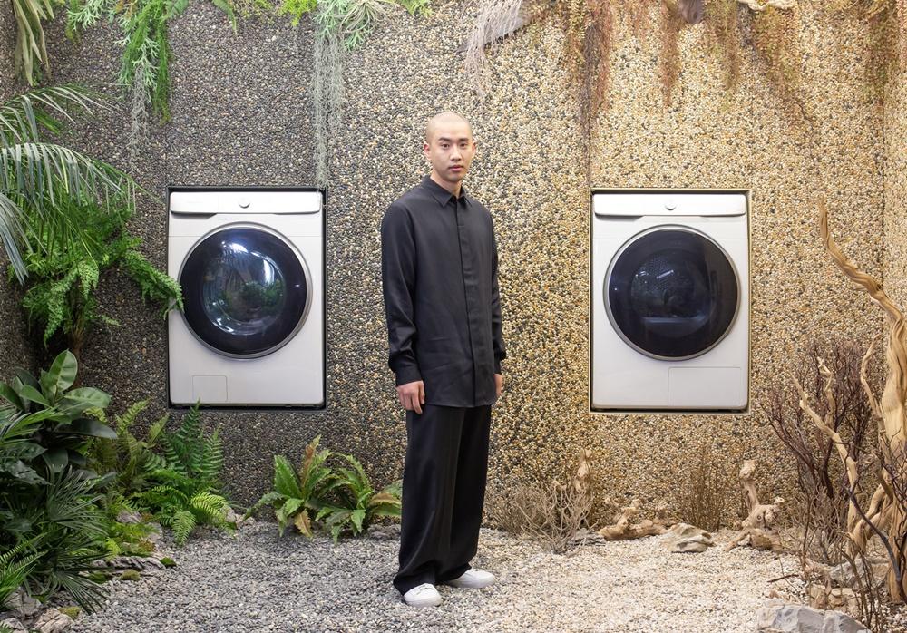 문승지 작가가 삼성 디지털프라자 강남본점에서 '삼성 그랑데 AI' 세탁기·건조기로 구성한 작품 '인터플레이(Interplay)'를 소개하고 있다.