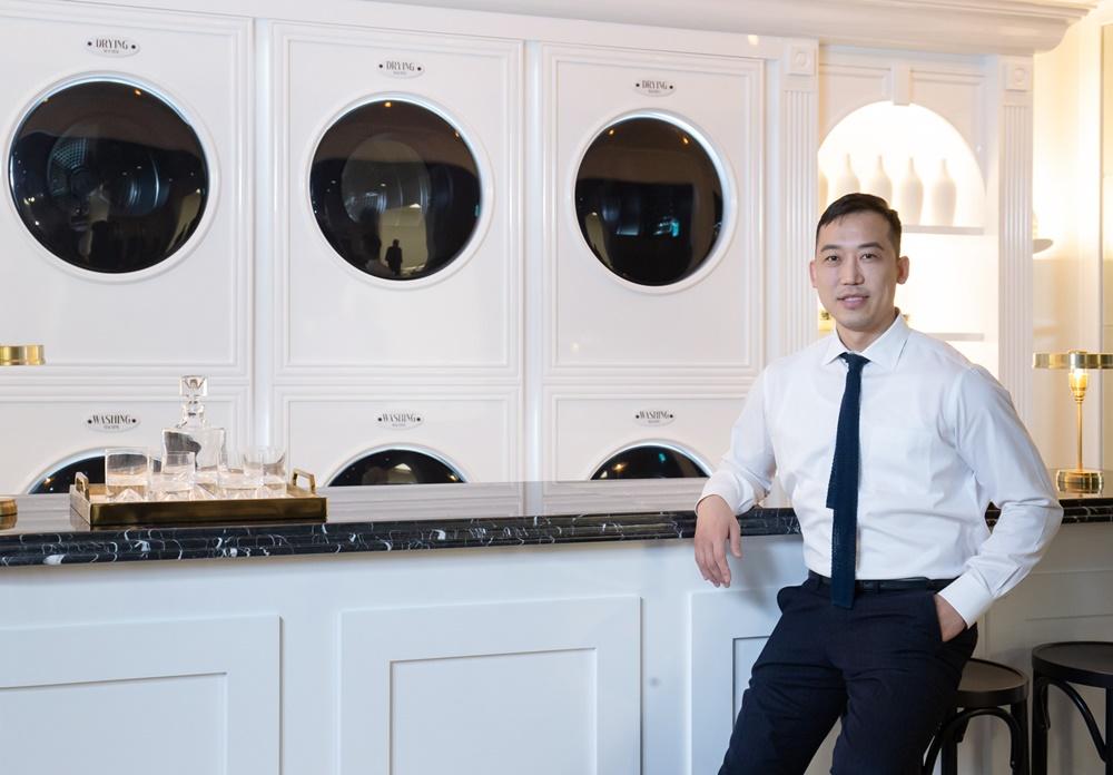 장호석 작가가 삼성 디지털프라자 강남본점에서 '삼성 그랑데 AI' 세탁기·건조기로 구성한 작품 '런드리바(Laundry Bar)'를 소개하고 있다.