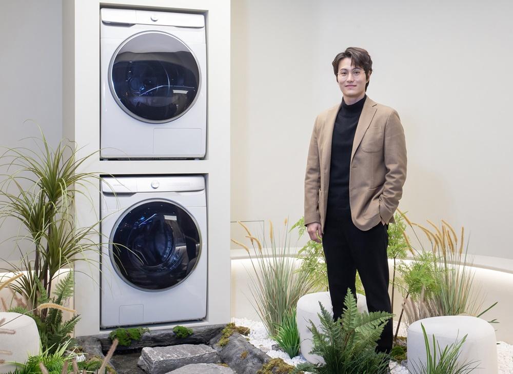 임성빈 작가가 삼성 디지털프라자 강남본점에서 '삼성 그랑데 AI' 세탁기·건조기로 구성한 작품 '빨래터'를 소개하고 있다.