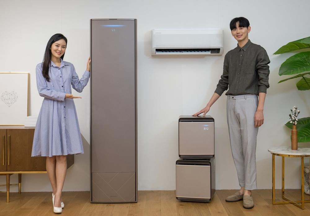 삼성전자 모델들이 2020년형 '무풍에어컨'과 공기청정기 '무풍큐브'를 소개하고있다.